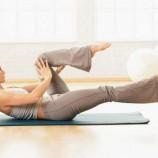 Занятия йогой, танцами или фитнесом дома: кому подойдет такая форма физической активности