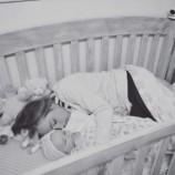 Есть важная причина, по которой эта мама спит в кроватке со своей дочкой