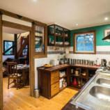 Фотография обычной кухни стала вирусной из-за неожиданного элемента. Сможете найти его?