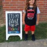 «Я просто хотела, чтобы он учился!». 4-летнего мальчика выгнали из сада из-за слишком длинных волос