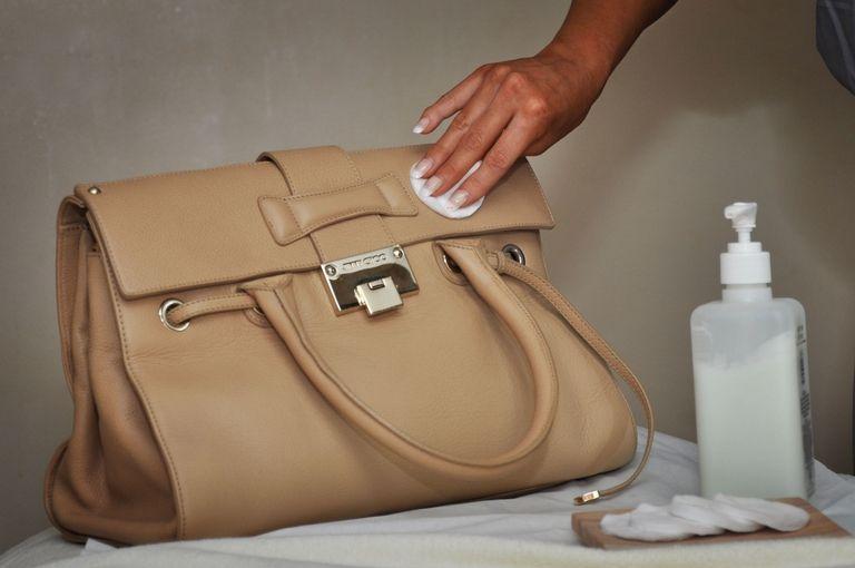 Как почистить белую кожу в домашних условиях