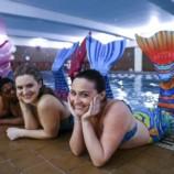 «Русалочий фитнес»: чем полезно плавание с хвостом?