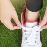 Почему нельзя носить обувь на босу ногу (и дело не только в запахе)