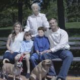 Семья заказала фотосессию у профессионального фотографа. Получив снимки, они не поверили своим глазам