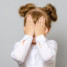 «Это уже слишком!» Пользователей возмутил снимок девочки с ярким макияжем и накладными ресницами