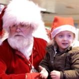 Санта Клаус спел рождественскую песню глухой девочке на языке жестов