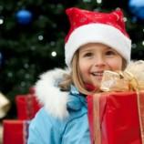 Три группы новогодних подарков для детей: игрушки, конструкторы и билеты